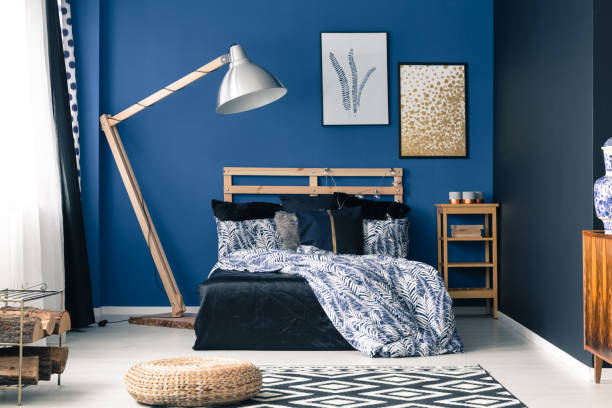 schlafzimmer in reich blau - marineblau schlafzimmer stock-fotos und bilder
