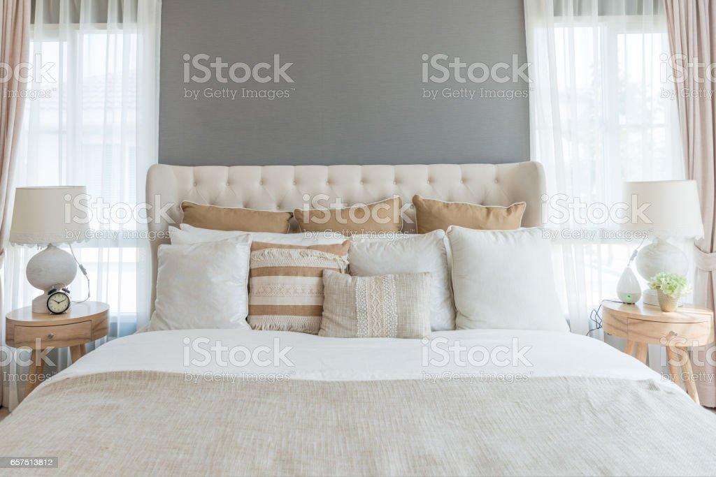 Hochwertig Schlafzimmer In Warmen Hellen Farben. Großes Bequemes Doppelbett Im  Eleganten Klassischen Schlafzimmer Zu Hause.