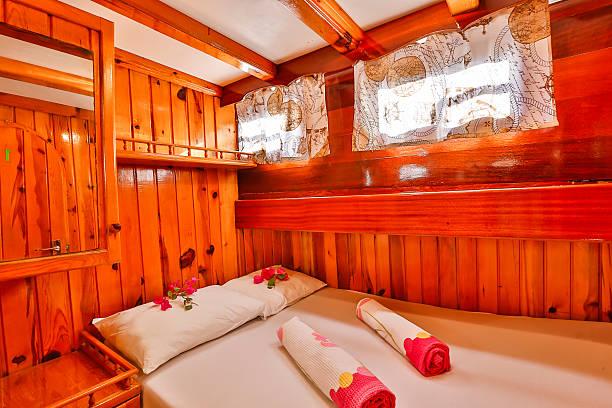 schlafzimmer im boot - nautisches schlafzimmer stock-fotos und bilder