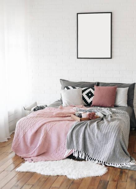 schlafzimmer innenraum bett skandinavischen freies schreiben - tipi bett stock-fotos und bilder