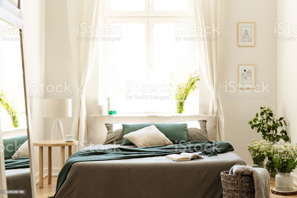 Intérieur De Chambre à Coucher En Couleurs Nature Avec Grand Lit, Lin Gris  Et Vert