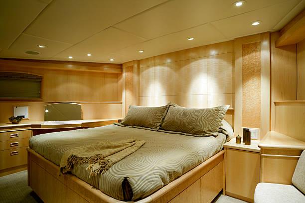 luxus schlafzimmer interior motor yacht reichtum - nautisches schlafzimmer stock-fotos und bilder