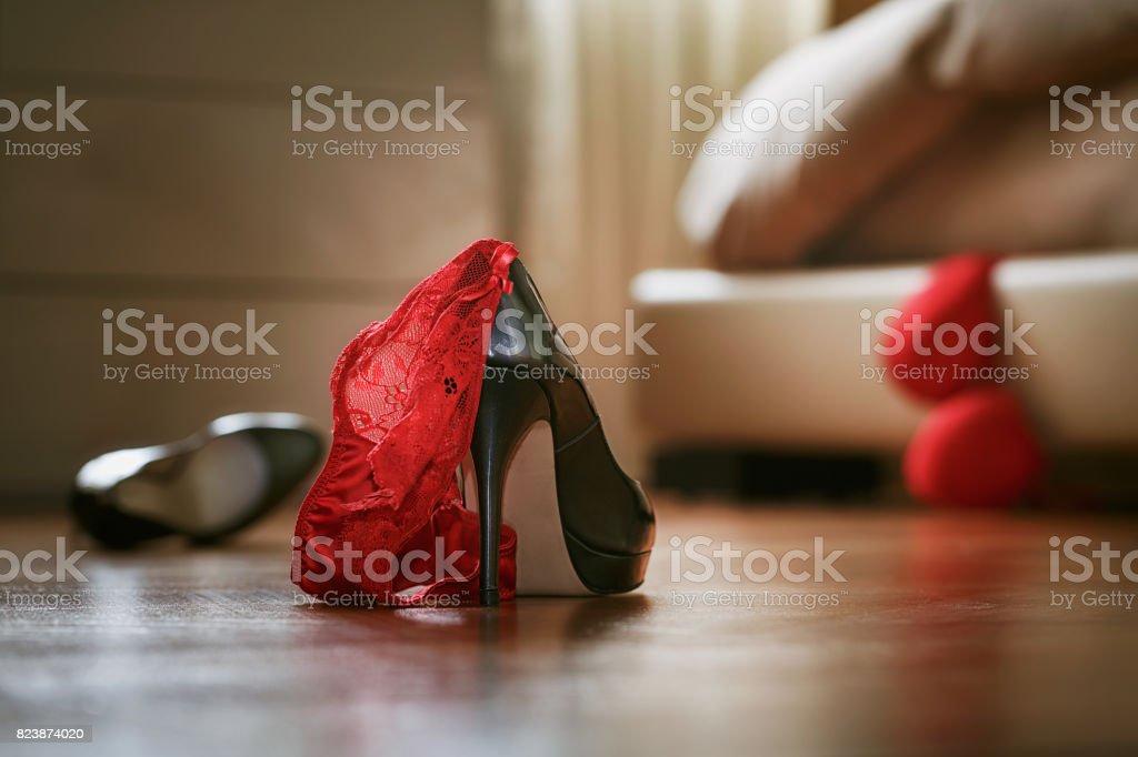 Lío de dormitorio con ropa interior y zapatos - foto de stock