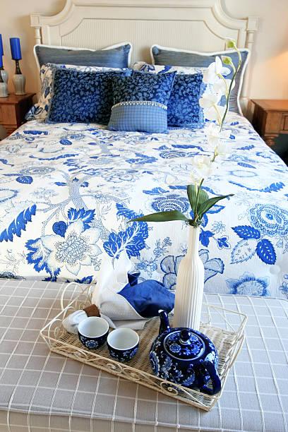schlafzimmer mit frühstück - do it yourself hochbett stock-fotos und bilder