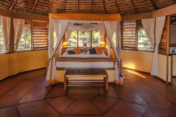 schlafzimmer bungalow - bett landhausstil stock-fotos und bilder