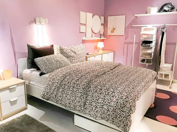 schlafzimmer - moderner dekor für ferienhaus stock-fotos und bilder