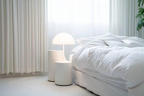schlafzimmer mit - gardinen weiß stock-fotos und bilder