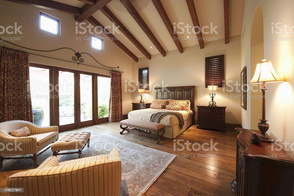 Soffitto In Legno Con Travi : Camera da letto con soffitto con travi di legno a vista fotografie