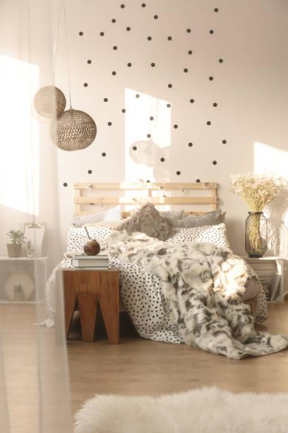 schlafzimmer mit dekorativen lampen - do it yourself hochbett stock-fotos und bilder