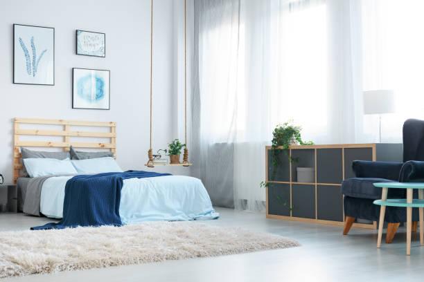 schlafzimmer mit dekorativen wand poster - marineblau schlafzimmer stock-fotos und bilder
