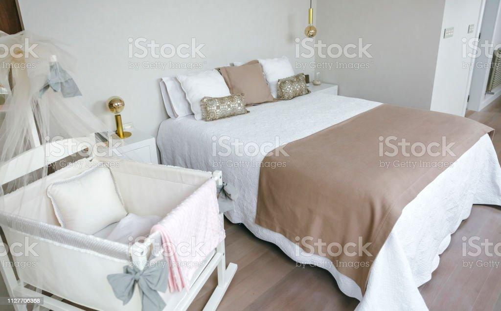Schlafzimmer Mit Doppelbett Und Kinderbett Stockfoto und ...