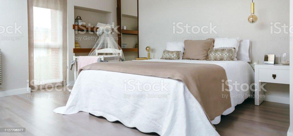 Schlafzimmer Mit Doppelbett Und Kinderbett Stockfoto und mehr Bilder ...