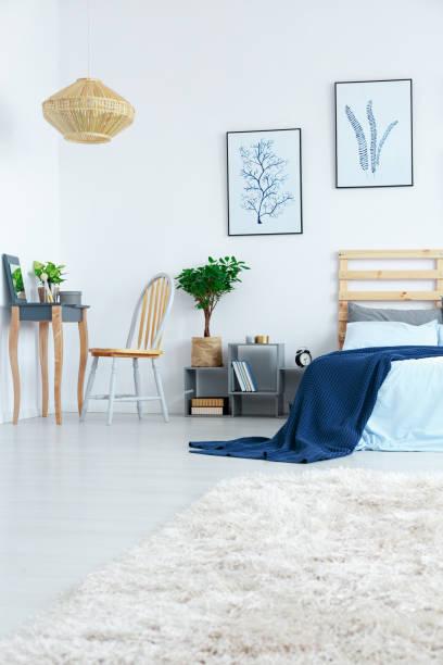 schlafzimmer mit frisiertisch - paletten kopfbrett stock-fotos und bilder