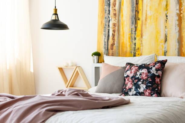 schlafzimmer mit erde farbpalette - lila, grün, schlafzimmer stock-fotos und bilder