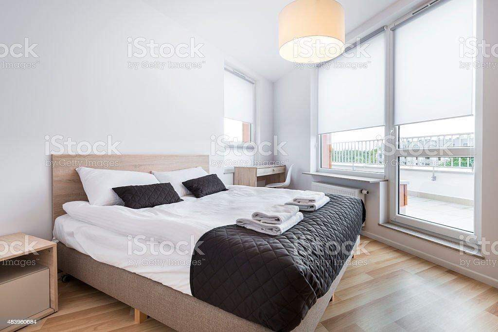 Schlafzimmer mit leeren Wand im skandinavischen Stil – Foto
