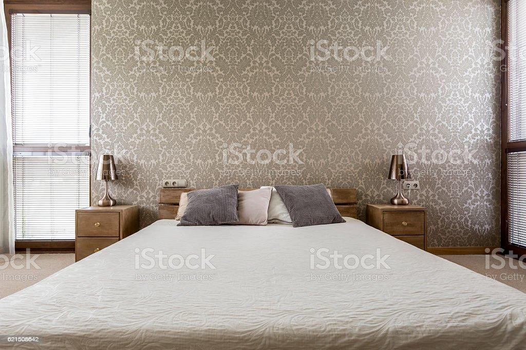 Chambre avec très grand lit photo libre de droits