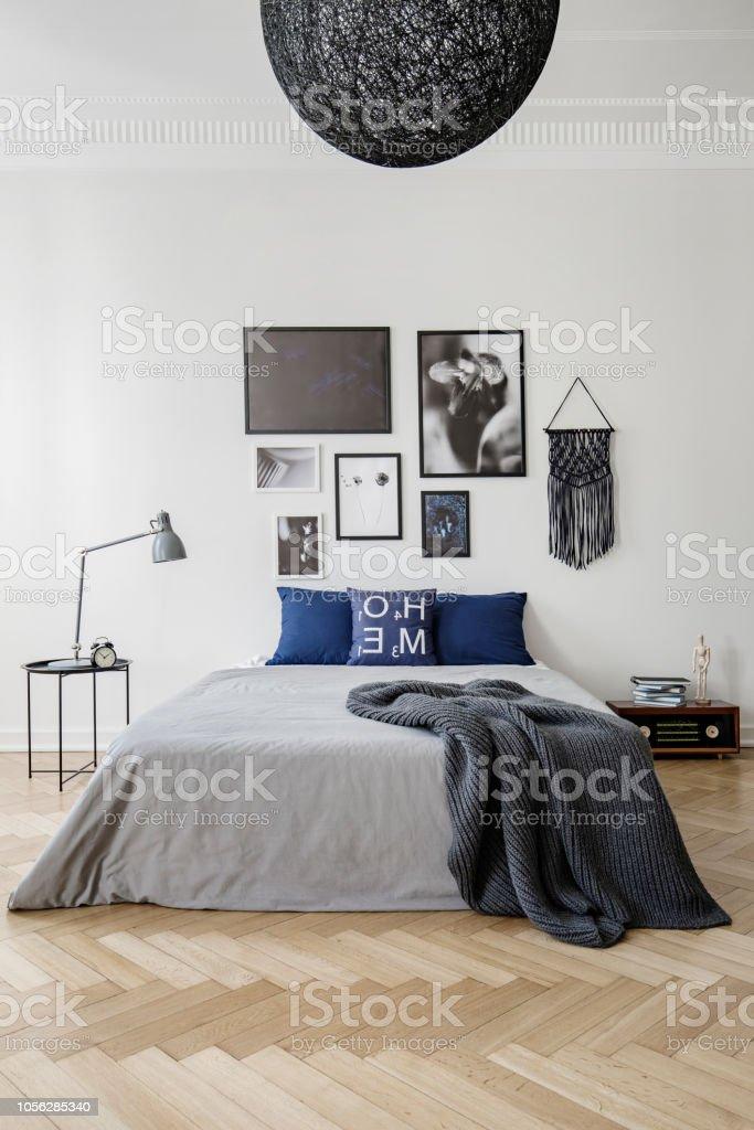 Chambre à Coucher Avec Lit King Size Avec Oreillers Bleus, Gris Couette Et  Couverture,