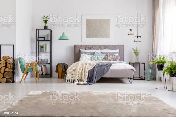 Bedroom with kingsize bed picture id933425154?b=1&k=6&m=933425154&s=612x612&h=d6jpgr037uq60seyjnwalowvwmtntnqzxfxttblxwhu=