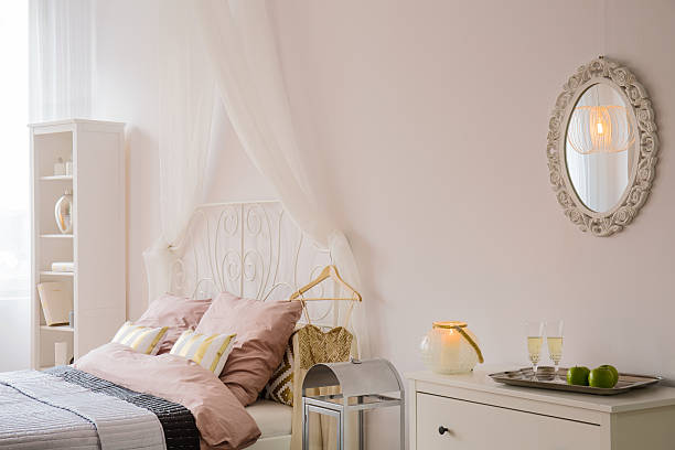 bedroom with mirror and dresser - paletten kopfbrett stock-fotos und bilder