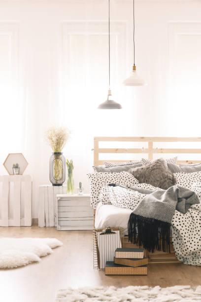 schlafzimmer mit palette möbel - do it yourself hochbett stock-fotos und bilder