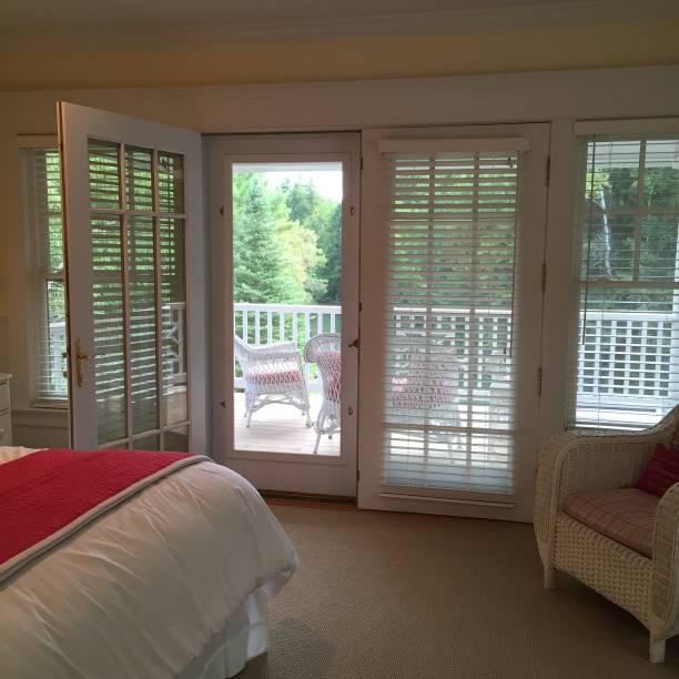 schlafzimmer mit veranda - cottage schlafzimmer stock-fotos und bilder