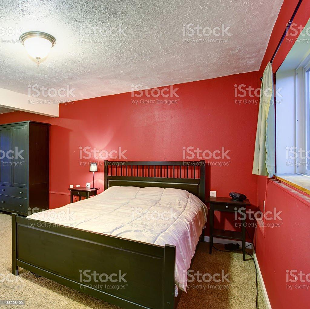 Chambre Avec Un Mur Noir photo libre de droit de chambre avec murs rouges un mobilier