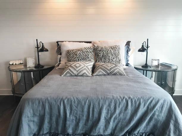 schlafzimmer mit shiplap - bauernhaus bett stock-fotos und bilder