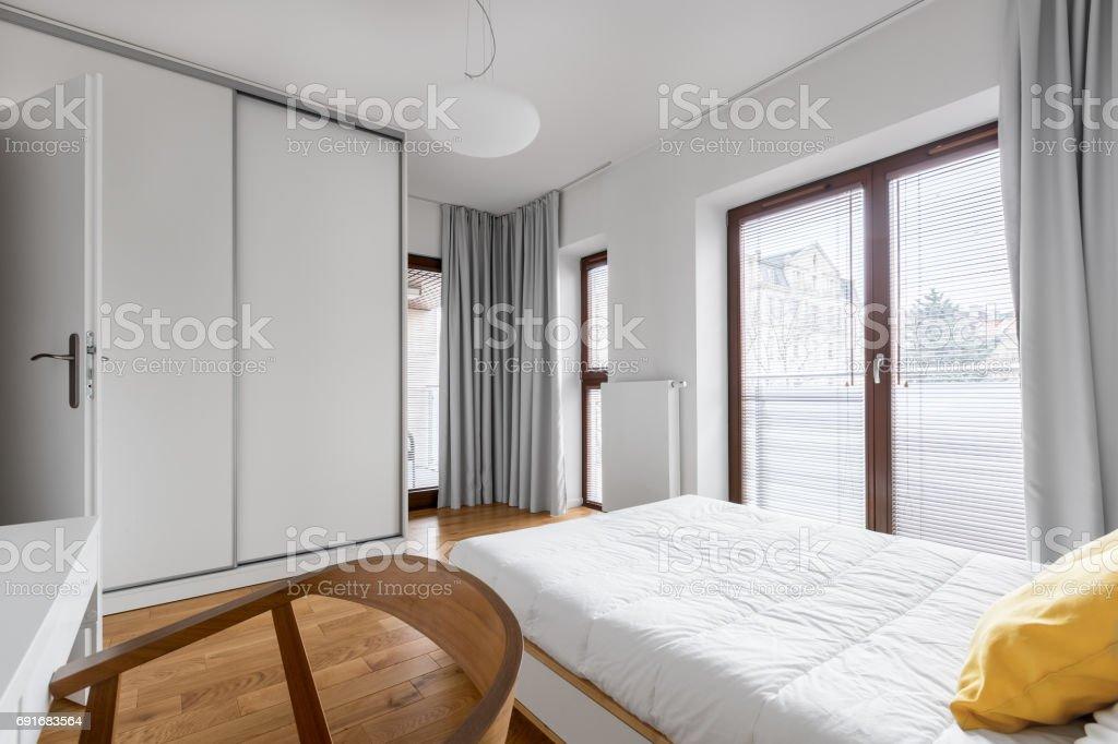 Schlafzimmer Mit Kleiderschrank Schiebetüren Stockfoto und ...