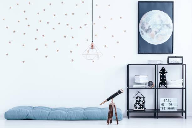 schlafzimmer mit sterne wallpaper - promi zuhause stock-fotos und bilder