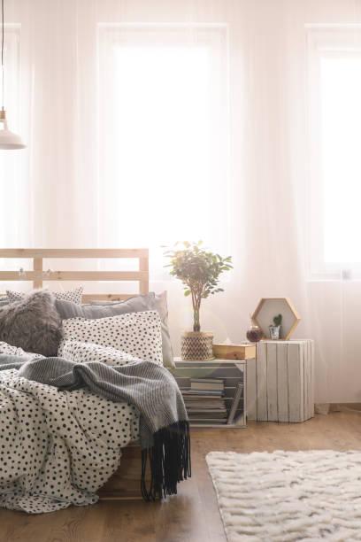 schlafzimmer mit holzbett - do it yourself hochbett stock-fotos und bilder
