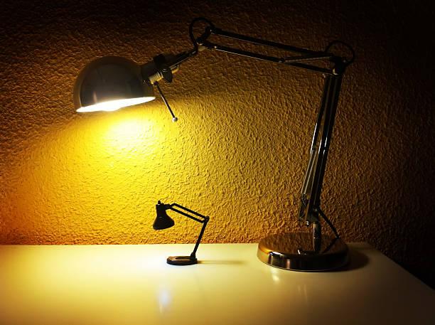 nachttischlampen lichter in der nacht - nachttischleuchte touch stock-fotos und bilder