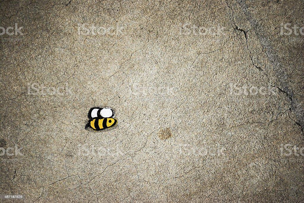 Abeille sur l'asphalte - Photo