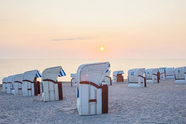 beech stühle bei sonnenaufgang - wellness ostsee stock-fotos und bilder