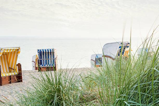 beech stühle auf leere beach - nordsee urlaub hotel stock-fotos und bilder