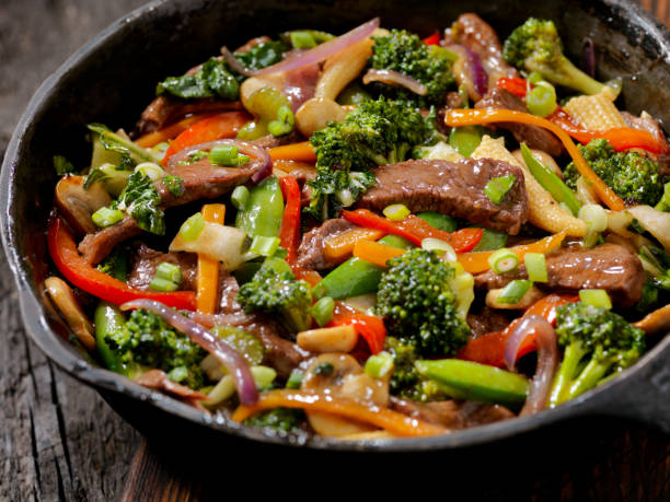 carne bovina e brócolis refogado - stir fry - fotografias e filmes do acervo