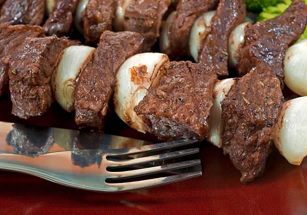 kebab rindfleisch und zwiebeln auf teller - perlzwiebeln stock-fotos und bilder