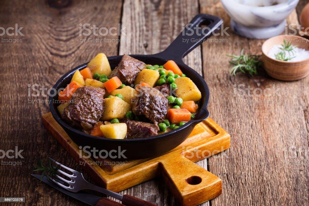 Rundvlees en groente stoofpot met aardappelen - Royalty-free Aardappel Stockfoto