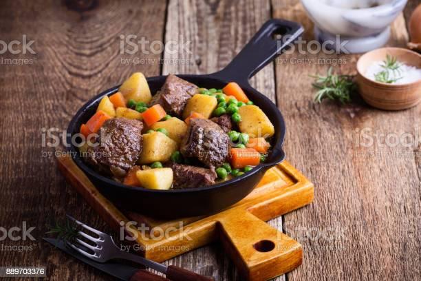 Rundvlees En Groente Stoofpot Met Aardappelen Stockfoto en meer beelden van Aardappel