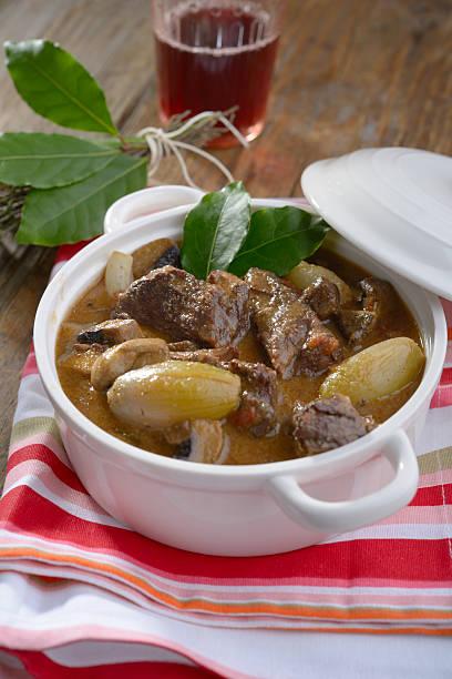 boeuf bourguignon mit pearl onion und kräutersträußchen - perlzwiebeln stock-fotos und bilder