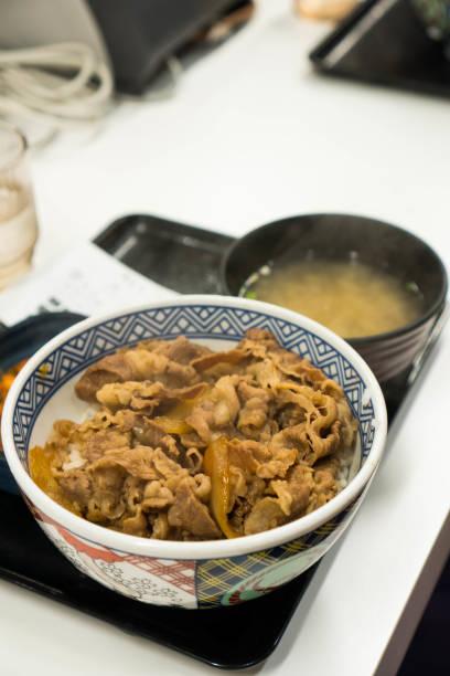 牛丼みそ汁付き - 丼物 ストックフォトと画像