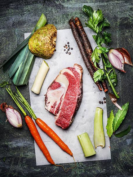 rinderbrust fleisch mit gemüse zutaten zum kochen - schwarzwurzeln kochen stock-fotos und bilder