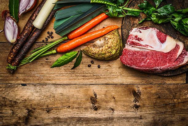 rinderbrust mit gemüse zutaten zum kochen suppe und brühe - schwarzwurzeln kochen stock-fotos und bilder