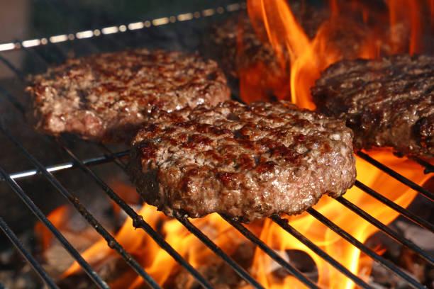 burger wołowy do hamburgera na grillu - grillowany zdjęcia i obrazy z banku zdjęć