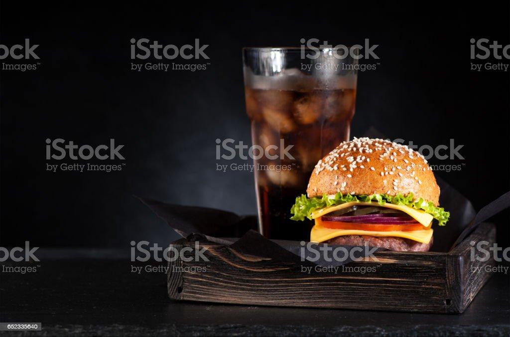 Burger de boeuf dans une boîte en bois - Photo
