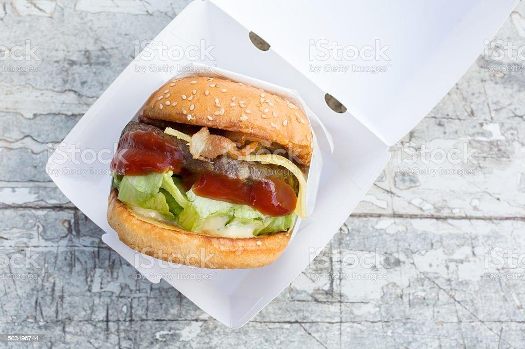 Hamburger de bœuf servi avec du fromage et de bacon - Photo