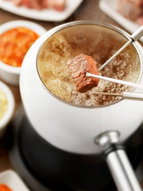 rindfleisch-fondue - fondue stock-fotos und bilder