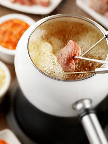 rindfleisch-fondue - fondue zutaten stock-fotos und bilder