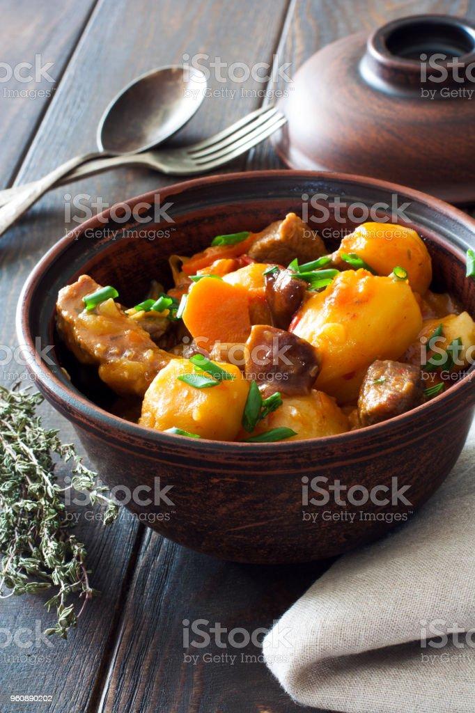Rindergulasch mit Kartoffeln, Karotten und Pilze - Lizenzfrei Alt Stock-Foto