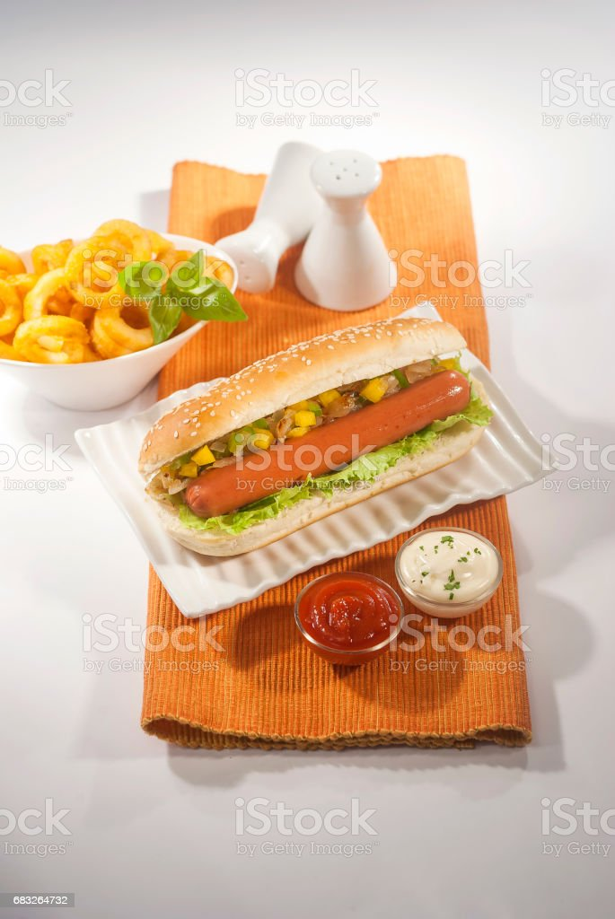 Rindfleisch-Jumbo-Wurstbrot mit Krautsalat & Ketchup & Pommes frites Lizenzfreies stock-foto