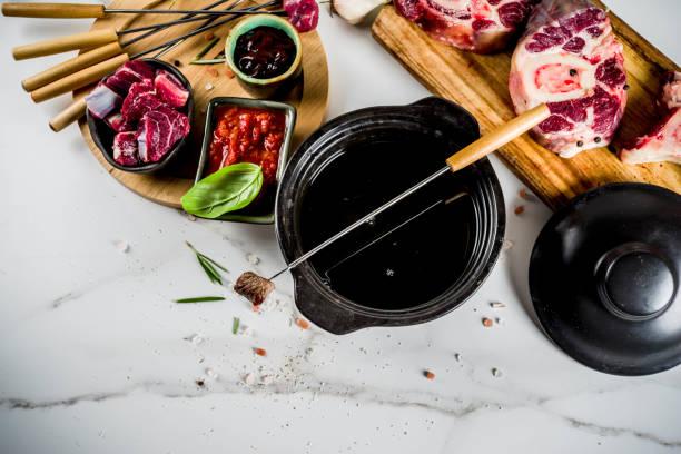 rind-fleisch-fondue - fondue zutaten stock-fotos und bilder